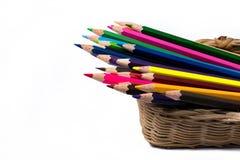 Färben Sie Bleistifte im Korb, lokalisiert auf weißem Hintergrund Lizenzfreies Stockbild