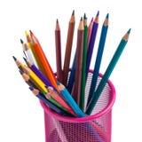 Färben Sie Bleistifte im roten Metallgitterbehälter, der auf Weiß lokalisiert wird Lizenzfreies Stockfoto