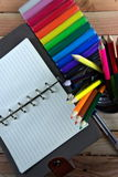 Färben Sie Bleistifte, Lehm und Notizbuch auf Holztisch sehen auf Draufsicht Stockbild