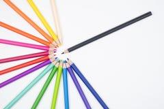 Färben Sie Bleistifte lokalisiert auf weißem Gewebesegeltuchhintergrund, alles Col. Stockfotos