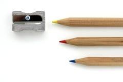 Färben Sie Bleistifte mit Bleistiftspitzer Stockfoto