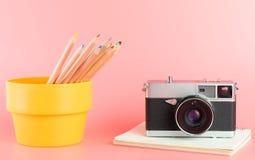 Färben Sie Bleistifte mit Fotokamera für Kunstkonzept Stockfotos