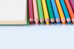 Färben Sie Bleistifte mit Raum für den Text, buntes gefärbt Stockfoto