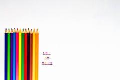 Färben Sie Bleistifte mit Text und leere Räume auf weißem Hintergrund Lizenzfreie Stockfotografie