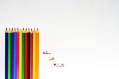 Färben Sie Bleistifte mit Text und leere Räume auf weißem Hintergrund Lizenzfreies Stockfoto