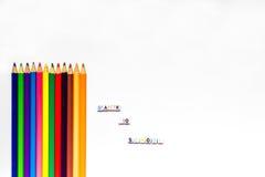 Färben Sie Bleistifte mit Text und leere Räume auf weißem Hintergrund Lizenzfreie Stockbilder