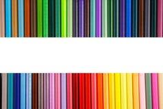 Färben Sie Bleistifte mit unterschiedlicher Farbe auf weißem Hintergrund Stockfotos