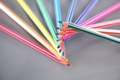 Färben Sie Bleistifte oben getrennt auf weißem Hintergrundabschluß Stockbilder