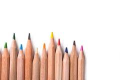Färben Sie Bleistifte oben getrennt auf weißem Hintergrundabschluß Stockfoto