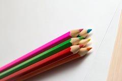 Färben Sie Bleistifte, um das Lügen auf einem leeren Blatt Papier zu zeichnen Stockbild