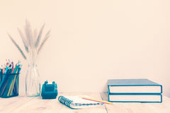 Färben Sie Bleistifte und Anmerkungsbuch auf hölzernem Hintergrund Lizenzfreie Stockfotografie