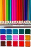 Färben Sie Bleistifte und Aquarelle auf weißem Hintergrund, zurück zu Schule Stockbild