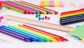 Färben Sie Bleistifte und Aquarelle auf weißem Hintergrund, zurück zu Schule, Briefpapier Stockfoto