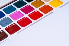 Färben Sie Bleistifte und Aquarelle auf weißem Hintergrund, zurück zu Schule, Briefpapier mit leerem Raum Stockfotografie