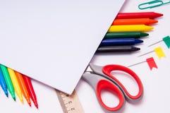 Färben Sie Bleistifte und Aquarelle auf weißem Hintergrund, zurück zu Schule, Briefpapier mit leerem Raum Stockfoto