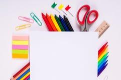 Färben Sie Bleistifte und Aquarelle auf weißem Hintergrund, zurück zu Schule, Briefpapier mit leerem Raum Lizenzfreies Stockfoto