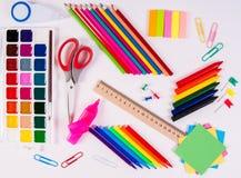 Färben Sie Bleistifte und Aquarelle auf weißem Hintergrund, zurück zu Schule, Briefpapierebenenlage Lizenzfreies Stockbild