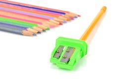 Färben Sie Bleistifte und Bleistiftspitzer Stockfotos