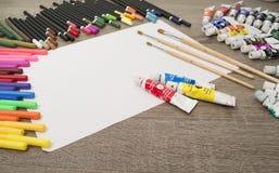 Färben Sie Bleistifte und Markierungen mit einem weißen Albumblatt Stockbild