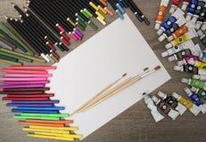 Färben Sie Bleistifte und Markierungen mit einem weißen Albumblatt Lizenzfreies Stockfoto