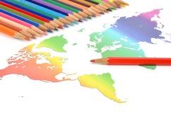 Färben Sie Bleistifte und Weltkarte Lizenzfreie Stockfotografie