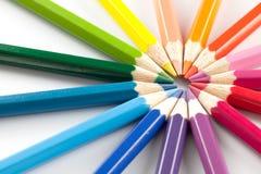 Färben Sie Bleistifte vereinbaren herein im Farbrad-Farbweißhintergrund Stockfotografie