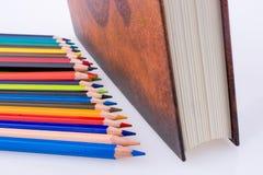 färben Sie Bleistifte von verschiedenen Farben nahe dem heiligen Quran Lizenzfreies Stockbild