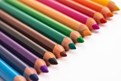 Färben Sie Bleistifte, Zeichenstifte mit dem Kopienraum, der auf weißem backgro lokalisiert wird Stockfotos
