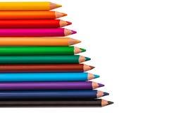 Färben Sie Bleistifte, Zeichenstifte mit dem Kopienraum, der auf weißem backgro lokalisiert wird Lizenzfreie Stockfotografie