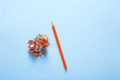Färben Sie Bleistiftschnitzel auf Blau, Kopienraum, Draufsicht Stockfotografie