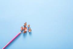 Färben Sie Bleistiftschnitzel auf Blau, Kopienraum, Draufsicht Lizenzfreies Stockbild