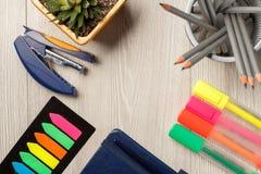 Färben Sie Bookmarks, Hefter, Houseplant in einem Topf, Metallstand mit Lizenzfreies Stockbild