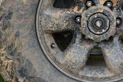 Färben Sie Detail geschossen von einem Auto ` s Rad nicht für den Straßenverkehr, bedeckt im Schlamm Lizenzfreies Stockfoto