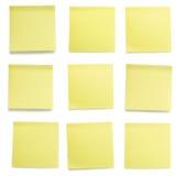 Färben Sie die eingestellten Post-Itpapiere gelb Lizenzfreie Stockbilder