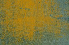 Färben Sie die emaillierte Farbe gelb, die inneres Metall knackt und zeigt Lizenzfreies Stockbild