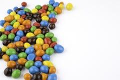Färben Sie Dragees mit den Erdnüssen, die auf weißem Hintergrund lokalisiert werden Stockbilder
