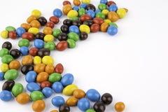 Färben Sie Dragees mit den Erdnüssen, die auf weißem Hintergrund lokalisiert werden Stockbild