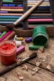 Färben Sie Farben, Zeichenstifte und Bleistifte für das Zeichnen Stockbilder
