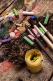 Färben Sie Farben, Zeichenstifte und Bleistifte für das Zeichnen Stockfotografie