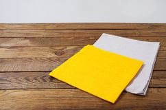 Färben Sie gelb und wachsen Sie Servietten auf altem Holztisch, das Nahrungsmittelgetränkkonzept auf, Schein stockfotografie
