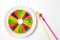 färben Sie Geleepudding mit Plastiklöffel auf weißem Hintergrund Stockfoto