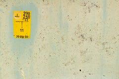 Färben Sie gemalte Betonmauerbeschaffenheit mit geschädigter und verkratzter Oberfläche gelb entziehen Sie Hintergrund Stockfotografie