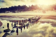 Färben Sie getontes Bild eines leeren Strandes bei Sonnenuntergang Lizenzfreie Stockbilder