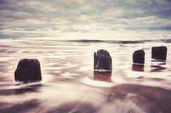 Färben Sie getontes Bild eines leeren Strandes mit unscharfem Wasser Stockbild