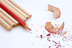 Färben Sie hölzerne Bleistifte und Schnitzel der Kunst Lizenzfreies Stockbild