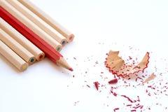 Färben Sie hölzerne Bleistifte und Schnitzel der Kunst Lizenzfreie Stockbilder