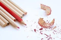 Färben Sie hölzerne Bleistifte und Schnitzel der Kunst Stockbild