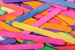 Färben Sie hölzerne Eiscremestockkunst und abstrakten Hintergrund Lizenzfreie Stockfotos