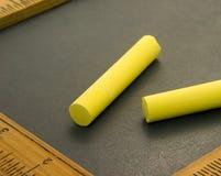 Färben Sie Kreide auf Schreibens-Schiefer gelb Stockfoto