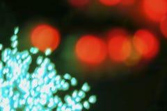 Färben Sie Licht unscharfes bokeh auf dem schwarzen Hintergrund, defocused Hintergrund- und Musterdekorationen Rot und Grün Stockfotografie